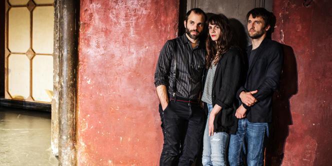 Judith Chemla entourée du metteur en scèneBenjamin Lazar (à gauche) et du directeur musical Florent Hubert,lors des répétitions de « La Traviata» au Théâtre des Bouffes du Nord, enjuillet.