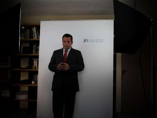 Jean-Frédéric Poisson prépare chaque semaine l'enregistrement d'un spot de campagne. Deux minutes, pour présenter un point du programme et le diffuser sur internet.