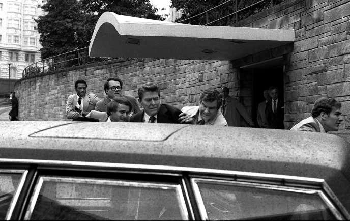 L'une des balles tirées parJohn Hinckley Jr.avait ricoché sur la limousine présidentielle blindée et avait touché Ronald Reagan à la poitrine.
