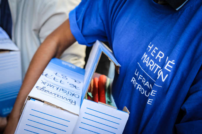 Une petite armée de jeunes arrive, cartons sous le bras, devant la Haute Autorité. Ils accompagnent Hervé Mariton, vendredi 9 septembre