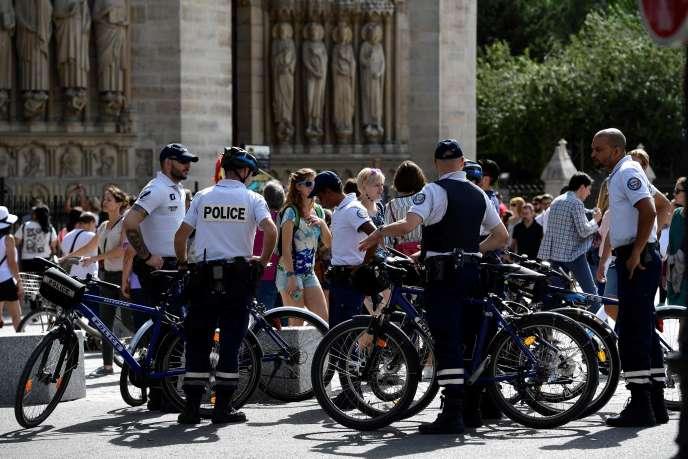Patrouille de police devant Notre-Dame de Paris, le 10 septembre 2016.