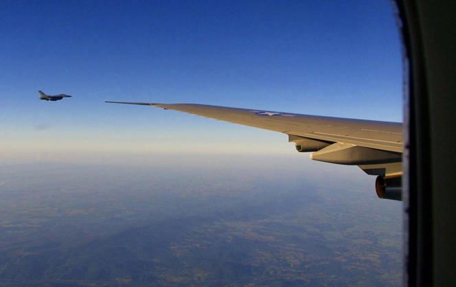 Un chasseur F-16 escorte Air Force One en vol pour Washington, le 11 septembre 2001.