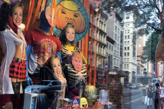 Les masques à l'effigiedes candidats à l'élection présidentielle ont fait leur apparition dans les vitrines de New York en préparation de la fête d'Halloween.