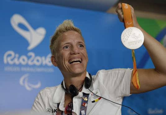 L'athlète paralympique belgeMarieke Vervoort pose avec sa médaille, le 11 septembre.