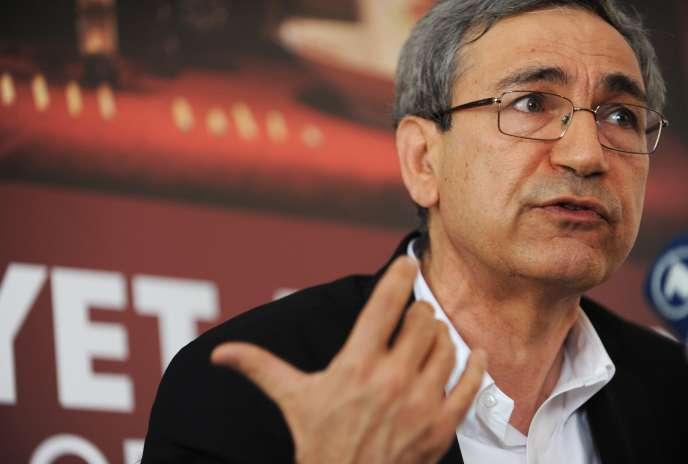 « En Turquie, on est en train, petit à petit, d'enfermer dans des cellules toutes les personnes qui se permettent d'exprimer les critiques même les plus minimes sur les actions du gouvernement (...), sur la base de la haine la plus féroce », écritOrhan Pamuk.