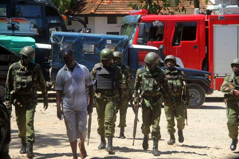 Des policiers près du principal commissariat de Mombasa cible, le 11 septembre 2016, d'une attaque perpétrée par trois femmes et revendiquée par l'Etat islamique.