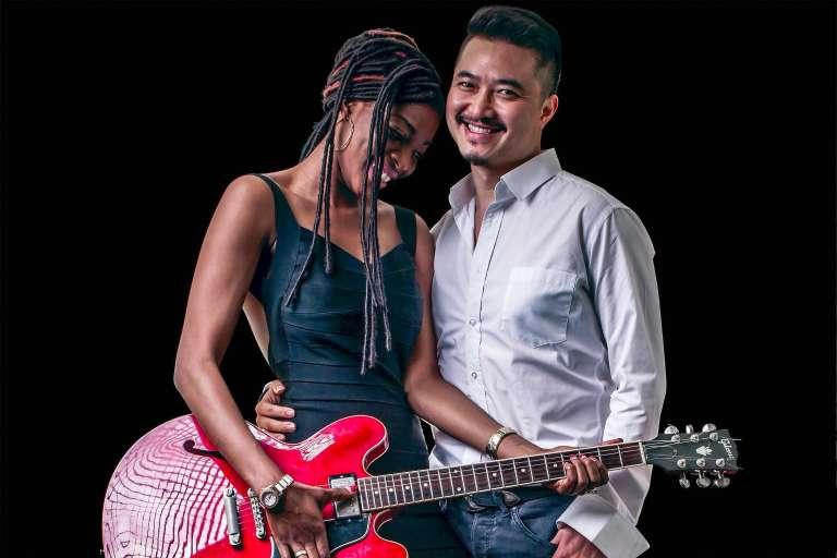 Le producteur chinois He Yujia et son épouse Ramata, originaire du Sénégal.