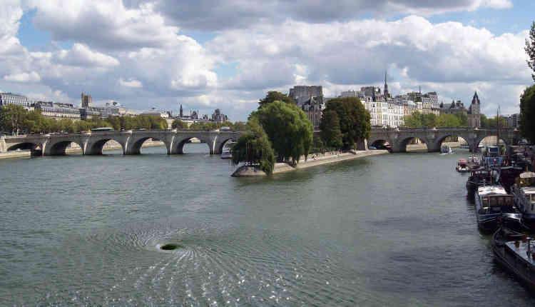 « A la pointe du square du vert galant, c'est un gouffre béant directement sculpté dansl'eau de la Seine par Anish Kapoor. Là où ont été jetés les protestants lors de la Saint Barthélémy, là où s'est suicidé le poète Gherasim Luca, les tombes ne se referment pas».