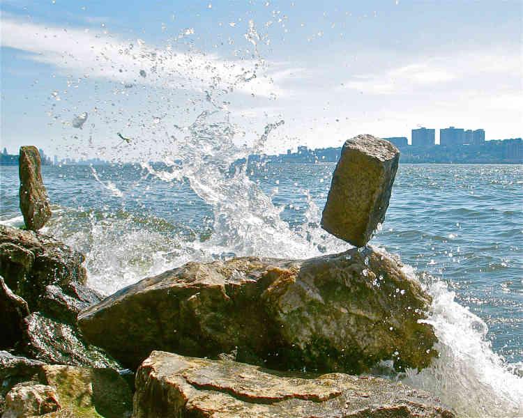 """«Poursuivant sa quête, comme Poliphile, le visiteur est confronté à l'équilibre précaire des choses. L'artiste Bridget Polk, entourée de ses amis """"balancers"""", s'attèle à mettre en équilibre des pierres pour former des sculptures éphémères.»"""