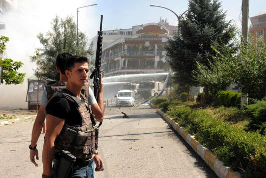 Des membres des forces de sécurité après l'explosion d'une voiture piégée dans le centre de Van (est de la Turquie) lundi 12 septembre.