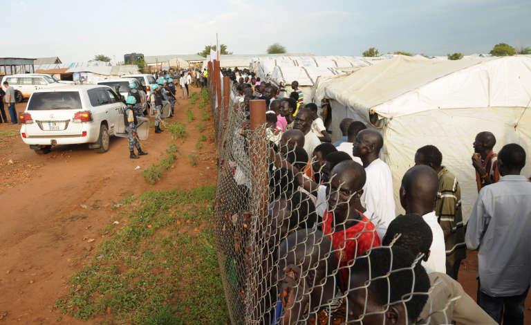 Des casques bleus de l'ONU devant la clôture d'un camp de réfugiés installé à Jebel au Soudan du sud, le 3 septembre 2016.