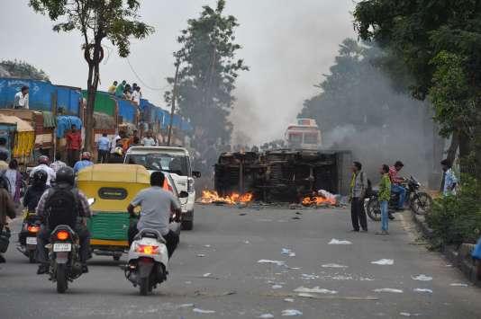 Dans les rues de Bangalore le 12septembre, un camion appartenant à l'Etat voisin du Tamil Nadu incendié par la foule.