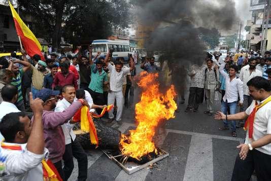 Le 12 septembre à Bangalore (Etat du Karnataka), des émeutiers brûlent l'effigie du premier ministre du Tamil Nadu, l'Etat voisin, accusé de priver d'eau le Karnataka.