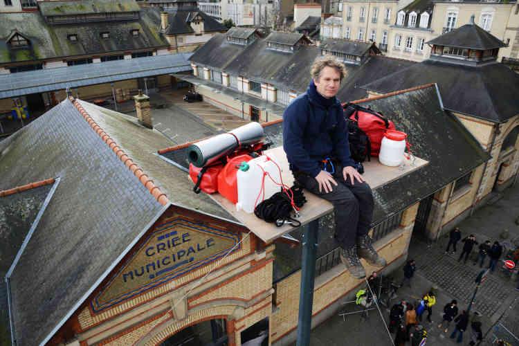 «Dans l'attente de la Nuit blanche, gare de Lyon, dès le 26 septembre, l'artiste Abraham Poincheval s'est hissé à 18 mètres du sol. Comme un stylite, il guette jour et nuit la venue de Poliphile, le héros que l'on suivra au fil de la nuit du 1er octobre. »