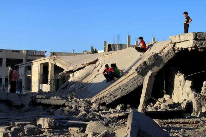 Des enfants syriens à Deraa, contrôlée par les rebelles, le 12 septembre.