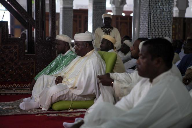 Le président Ali Bongo Ondimba assiste à la prière dans la mosquée Hassan II à Libreville, le 12 septembre 2016.
