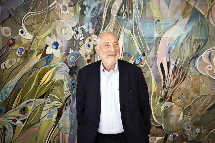 Joseph Stiglitz en entretien avec des journalistes de la presse internationale, en juillet 2015.