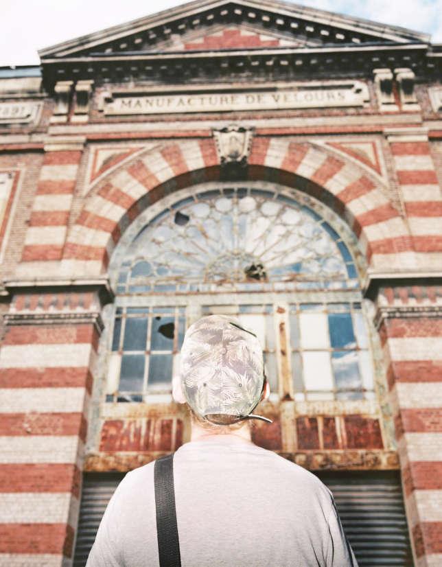 Tim, référence parmi les« urbexeurs», devant une ancienne usine textile abandonnée depuis 2008, dans les environs d'Amiens.