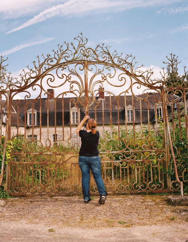 En Picardie, une grille à l'entrée du domaine d'un château abandonné.