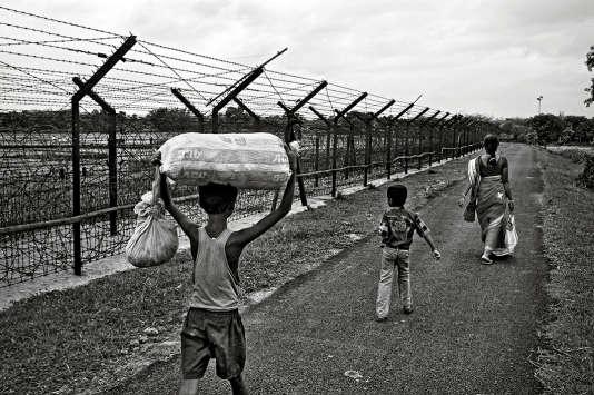 Une famille près de la clôture entre l'Inde et le Bangladesh, en mai 2013.