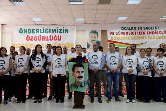 Une cinquantaine de militants prokurdes, rassemblés autour de Sebahat Tuncel, dirigeante du Parti démocratique des peuples (HDP), revêtus d'un tee-shirt à l'effigie d'Abdullah Öcalan, àDiyarbakir, le 5 septembre 2016.