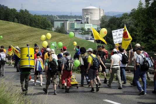Des gens marchent près la centrale nucléaire de Beznau, la plus ancienne en Suisse, lors d'une manifestation antinucléaire, le 22 mai 2011 à Dottingen (nord de la Suisse).