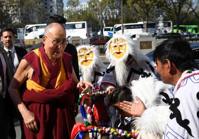 Le dalaï-lama est accueilli par des Tibétains en costumes traditionnels, près du Palais des congrès, à Paris, le 13septembre.