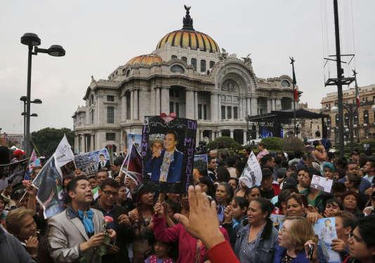 Le 5 septembre, plusieurs dizaines de milliers de fans du chanteur Juan Gabriel sont rassemblés devant le Palais des beaux-arts de Mexico pour lui rendre un dernier hommage.