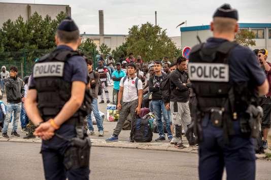 A Calais, des migrants attendent d'être emmenés dans un Centre d'accueil et d'orientation, le 13 septembre.
