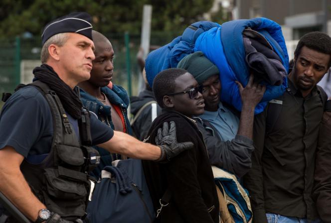 Le gouvernement souhaite que les migrants se trouvant à Calais rejoignent des centres d'accueil et d'orientation, répartis sur le territoire.