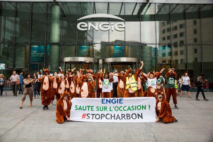 Des militants des Amis de la Terre et d'ANV-COP21 déguisés en kangourous ont investi le siège d'Engie à la Défense, mardi 13 septembre.