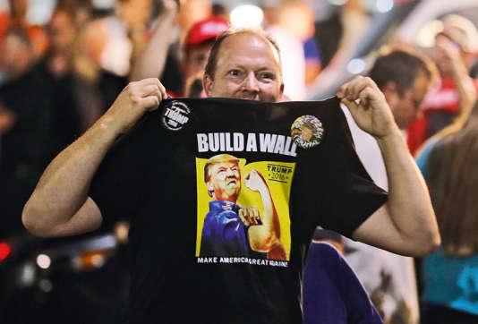 Un supporteur républicain arbore un tee-shirt appelant à « construire un mur», à l'effigie de Donald Trump, le 30 août à Everett.