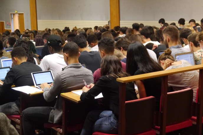 Les étudiants en première année de droit à l'universitéParis-Descartes, lors de leur premier cours en amphithéâtre (5 septembre 2016).