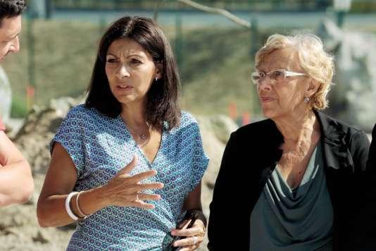 Anne Hidalgo et Manuela Carmena, le 12 septembre sur le chantier du camp de migrants, porte de La Chapelle, à Paris.