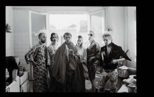 La Femme, c'est une filleet cinq garçons : de gaucheà droite, Noé Delmas,Sam Lefèvre, Sacha Got,Clémence Quélennec, Lucas Nunez Ritteret Marlon Magnée.