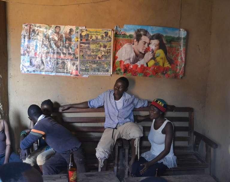 Des jeunes gens dans une maison close de Biakato, province de l'Ituri (RDC).