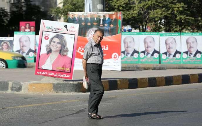 Un homme passe devant des affiches de campagne pour les élections législatives en Jordanie, le 14 septembre, à Amman, la capitale.