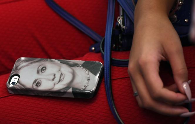 Une coque de téléphone à l'effigie de la candidate démocrate à la présentielle américaine, Hillary Clinton, le 14 septembre lors d'un meeting de campagne dans le nord de Las Vegas, dans le Nevada.