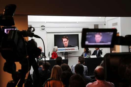 Edward Snowden lors d'une visioconférence à l'initiative detrois ONG, qui viennent de lancer une campagne pour demander au président Obama d'accorder son pardon à l'ancien consultant de la NSA, le 14 septembre.