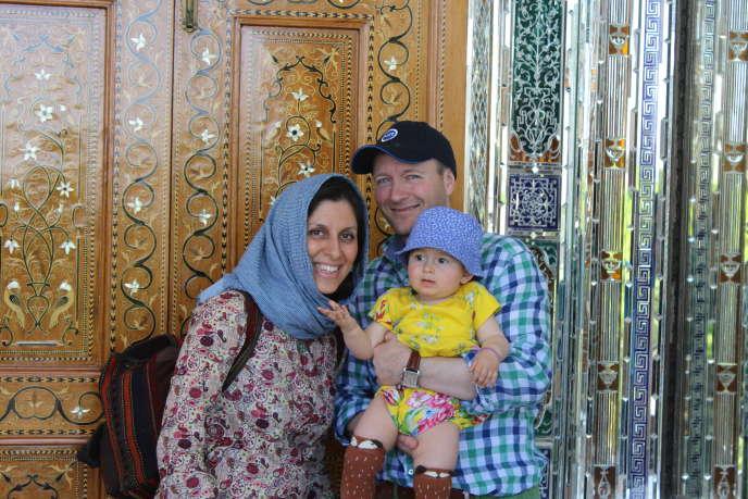 Nazanin Zaghari-Ratcliffe, son époux Richard et leur petite fille, à Chiraz (Iran), en mai 2015.