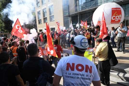 La CGT a appelé à manifester devant le siège d'EDF pendant le comité central d'entreprise, mercredi 14 septembre à Levallois-Perret (Hauts-de-Seine).