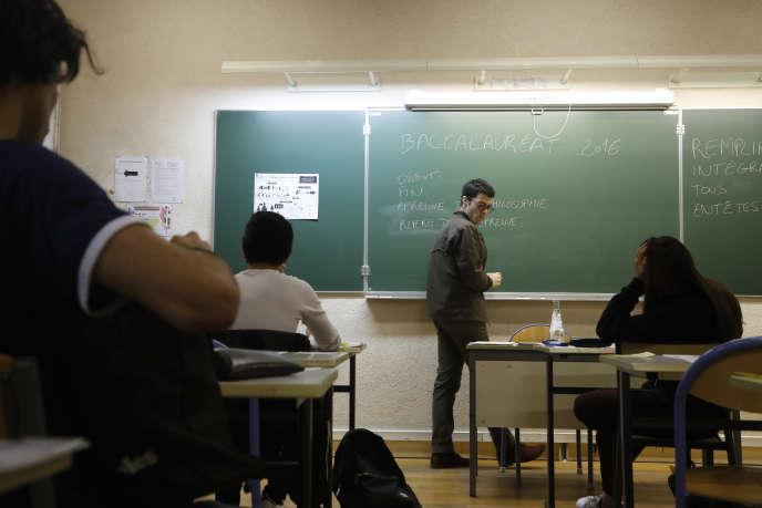 Un professeur et des élèves, au lycée Charlemagne, le 15 juin à Paris.