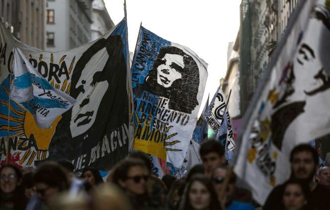 Banderoles à l'effigie des ex-présidents Cristina et Néstor Kirchner lors d'une manifestationcontre le gouvernement de Mauricio Macri, le 2 septembre à Buenos Aires.
