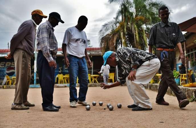 Les habitués du Club des cheminots d'Addis-Abeba, en Ethiopie.