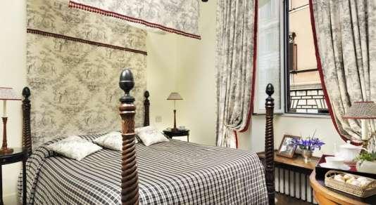 Un grand appartement a été divisé en chambres d'hôtel charmantes.