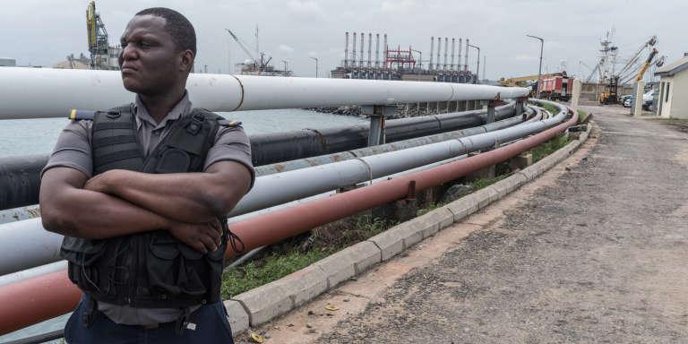 Un agent de sécurité devant des oléoducs du port de Tema, au Ghana, le 12 juin 2016.