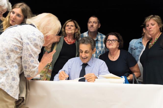 Nicolas Sarkozy dédicace son livre «Tout pour la France», en tête du classement des meilleures ventes éditoriales, tous types d'ouvrages.