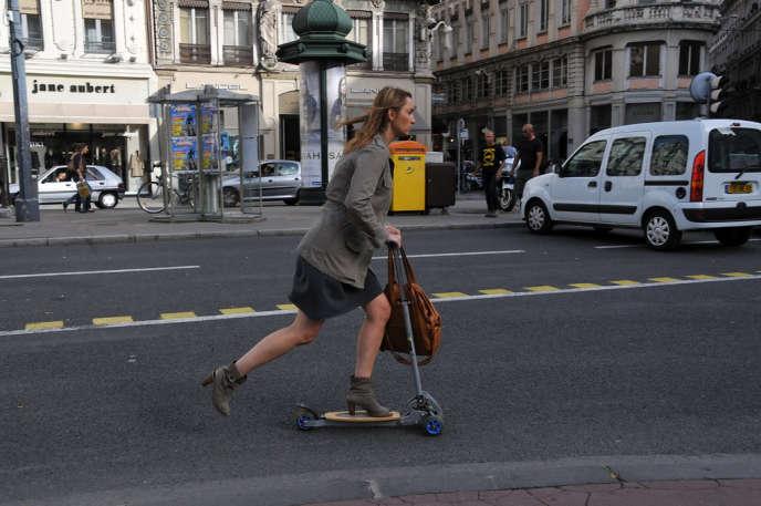 Pour les trajets quotidiens en ville, une grande multitude de «mobilités émergentes» apparaissent, aussi diverses quele vélo, l'hoverboard, le gyropode, les rollers ou le skate.