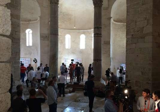 Les interviews des équipes (en bas à droite, Noah) ont eu lieu dans l'église Saint-Donat, qui n'a aujourd'hui plus de fonction religieuse, et sert d'enceinte pour différentes manifestations culturelles.