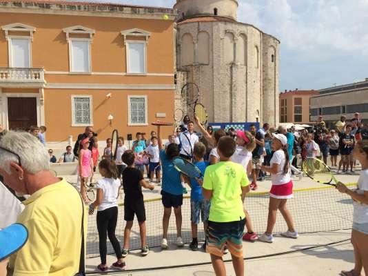 L'entraînement deBorna Coric face à huit enfants, au pied de l'église Saint-Donat, jeudi.
